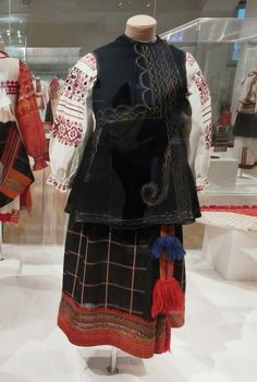 Праздничная женская одежда рубашка, понева, корсетка, пояс. Русские. Тульская губ, начало XX в, шерсть, плис, лен, х/б нити, блестки, металлическая нить; ткачество, ручной пошив, вышивка, пошив и вышивка на швейной машине.-ГИМ