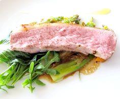 sella d'agnello appena arrostita, asparagi cotti nel sugo di cottura, emulsione al limone, letto di rucola ed eucalipto