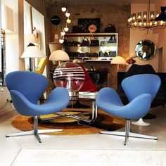 New at the shop this amazing pair of blue Swan Chairs designed by Arne Jacobsen and stamped by Fritz Hansen in 1968. This gorgeous swiveling chair was originally designed in 1958 by Arne #Jacobsen for the Grand Hotel in #Copenhagen, the SAS Royal Hotel. As the famous Egg Chair, the Swan chair is made of curves only without any straight line.  Interested? Any questions? Please feel free to contact us: sales@design-only.com Worldwide shipping.
