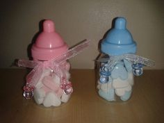 Geboorte papflesjes. Nodig: Papflesjes, Snoephartjes, Lintje + Kaartje, Plastic speentje.  Werkwijze: Vul de flesjes met wat snoep hartjes. Bindt om de hals een lintje met kaartje en een speentje.  Traktatie ook in doe het zelf pakket of kant en klaar verkrijgbaar. http://www.vrolijke-muisjes.nl/a-29651838/geboortebedankjes/roze-papfles-met-echte-speen/