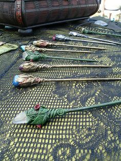 Sticks with various stones These are various hairsticks, made from wood, clay and different semi precious stones.Hair Sticks with various stones These are various hairsticks, made from wood, clay and different semi precious stones. Polymer Project, Polymer Clay Projects, Polymer Clay Charms, Polymer Clay Creations, Polymer Clay Art, Polymer Clay Jewelry, Clay Crafts, Polymer Clay Figures, Crea Fimo