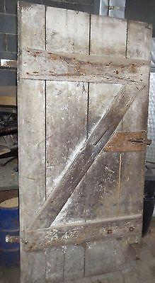 alte Kellertüre aus Holz mit Beschlägen und Riegel