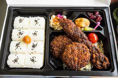 A comer un ekiben en el tren (caja con comida típida de cada región, a la venta en las estaciones de tren)