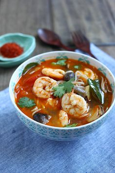 15 Minute Tom Yum Noodle Soup, veganize with Tofu, omit fish sauce (asian recipes) Tom Yum Noodle Soup, Tom Yum Noodles, Tom Yum Soup, Noodle Soups, Rice Noodles, Wrap Recipes, Asian Recipes, Healthy Recipes, Ethnic Recipes