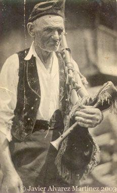 The photo of the bagpiper / La foto del gaiteru. José Antonio Menéndez Alvarez.