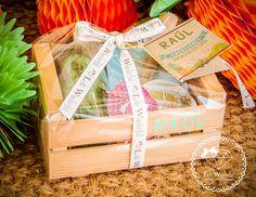 ¡Ya están aquí! Nos lo pedíais por mail y teléfono y nosotras con ganas de poder desvelar las novedades, por fin venimos con los nuevos reg... Food Gift Baskets, Themed Gift Baskets, Weird Gifts, Love Gifts, Diy Holiday Gifts, Christmas Gifts, Gift Hampers, Party In A Box, Spa Gifts