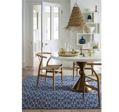 Retro interiér v štýle 60. rokov s dizajnovými dre... | DOMA.SK Dining Chairs, Dining Table, Velvet Armchair, Marrakesh, Color Of The Year, Rugs, Retro, Luxury, Interiors