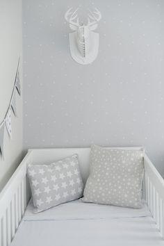 Quartinho de bebê clean e funcional - decoração em cinza branco e rosa - berço com almofadas de estrelinhas  ( Foto: Rejane Wolff )