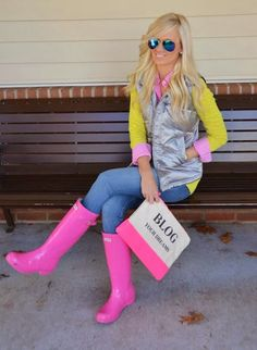 Tips on How To Wear Hunter Boots - With the winter season upon us, the time has come to wear long shoes. These protect us from the rain, cold and wind. Aside from these practical reasons, hunter boots look extremely stylish. Pink Hunter Boots, Pink Rain Boots, Hunter Boots Outfit, Hunter Rain Boots, Outfits With Rain Boots, Snow Boots, Ugg Boots, Fall Winter Outfits, Spring Outfits