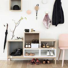 Stacked hyllesystem fra Muuto, designet av JDS Architects, er et reolsystem med moduler i tre ulike størrelser. Du kan designe din egen hylle ved å settes sammen de ulike modulene på en unik måte. Modulene holdes sammen ved hjelp av metallclips. Du kan bruke hyllen på kjøkkenet, oppbevare dine fotografier på soverommet, eller stable dine bøker i stuen. Stacked i medium modul er også tilgjengelig med gul, grå eller rosa bakplate.Husk å legge til Clips i bestillingen.  Størrelse...