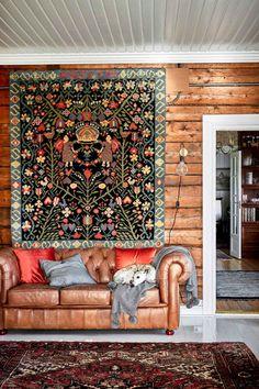 Tuvan seinää koristaa Porvoon pitäjän ryijy. Harri-koira pötköttelee nahkasohvalla, jonka Outi osti asiakkaaltaan, jonka talon hän myi Tampereella. Farmhouse Interior, Interior And Exterior, Interior Design, Loft Conversion Velux Windows, Living Spaces, Living Room, Bedroom With Ensuite, Wooden Decks, Weaving Art