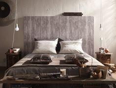 Une tête de lit en papier peint imitation bois
