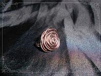 Anillo en forma de rosa en color chocolate.