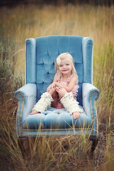 love the idea of having a kids photoshoot with a chair in a field. Chair Photography, Image Photography, Photography Props, Children Photography, Family Photography, Photo Portrait, Vintage Girls, Photo Sessions, Photo Props
