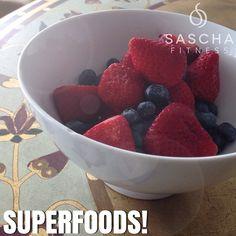 """Hay alimentos y hay """"súper alimentos"""", los frutos del bosque: fresas, moras, frambuesas arándanos, se podría decir que son frutas con superpoderes, son altos en antioxidantes, ellos combaten radicales libres que degeneran las células, evitas así muchas enfermedades y retardas el envejecimiento .. Ademas son bajas en calorías, altas de vitamina C y fibra, por ello es un tipo de alimento que reduce la cantidad de calorías que absorbes. Se estima que por cada 25 a 35 g de fibra cancelas 300…"""