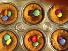 Premièrement, j'ai placé des morceaux de pâte à biscuit aux brisures de chocolat pillsbury,ensuite je l'ai ai fait cuire à 350o pendant 9-12 min. et puis j'ai déposé des smarties dessus.Je vous le reconseil!!!!!! Pillsbury, Muffin, Breakfast, Cake Batter Cookies, Chocolates, Morning Coffee, Muffins, Cupcake, Morning Breakfast