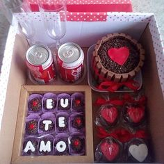 Festa na caixa para o dia dos namorados ❤️ mini bolo de kitkat  Pães de mel E brigadeiros personalizados. ❤️ porque seu amor merece chocolate! #festanacaixa #diadosnamorados #seuamormerecechocolate #caixapersonalizada