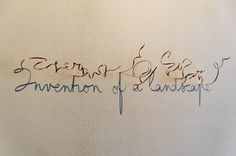 Le sculpteur belge Fred Eerdekens utilise des fils métalliques pour écrire des mots et des messages sur des murs avec leurs ombres en les tordants dans des formes qui semblent à première vue abstraites. Il arrive aussi à écrire avec autre chose que du fil :