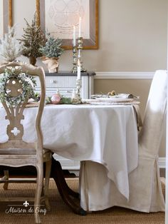 Romantic Christmas Table Setting in Blush Pink and White--->#maisondecinq christmastable christmastablescape holidaytable holidaytablescape holidayentertaining classicchristmas tablesetting tablescape entertainingideas pinkchristmas Christmas Table Settings, Christmas Tablescapes, Holiday Tables, Christmas Decorations, Table Decorations, The Best Of Christmas, Christmas Home, Cottage Christmas, White Christmas