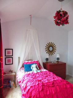 Frilly bedding, Mosquito Netting, and Faux flower chandelier The Design Itch: Frilly, Floral Feminine Big Girl Room