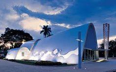 Há 70 anos Oscar Niemeyer chegava a Belo Horizonte para dar seu toque inovador e mudar toda a história arquitetônica da cidade. O arquiteto carioca projetou mais de 20 obras na capital mineira, entre as mais famosas, o Conjunto Arquitetônico da Pampulha, formado por quatro construções – Igreja de São Francisco de Assis, o Museu de Arte da Pampulha, a Casa de Baile e o Iate Tênis Clube, além da Cidade Administrativa, uma das mais ousadas do arquiteto. Saiba mais: