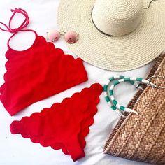 Mit #tootoohot heizt essie zum Sommermonat August richtig ein: Ein kleiner Spritzer kühles Pink bringt das heiße Knallrot zum Lodern und mit seiner Leuchtkraft strahlt die Nuance feurig auf den Nägeln, wie die Sonne über der Copacabana – heiß, heißer, too too hot!