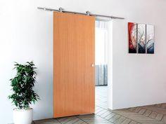 Posuvné dveře s přiznaným designovým mechanismem pojezdu. Materiál je pařený buk a cena 5999 Kč; OBI