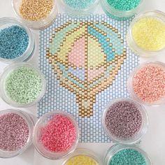 J'ai un doute sur le nombre de couleurs #rosemoustache #miyuki #perles #perlesaddict #motifrosemoustache #montgolfière #lapetiteepicerie #jesuisunesquaw #jenfiledesperlesetjassume