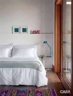 No quarto, lembranças de viagens dão vida à decoração neutra: quadros com azulejos trazidos da Turquia, tapete do México e caixinha de madrepérola de Florença, Itália.