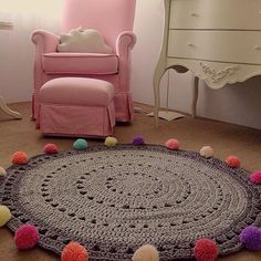 The round crochet rug is a versatile craft that you can make to decorate your home or even to sell and complement your income. Crochet Mat, Crochet Rug Patterns, Crochet Carpet, Crochet Motifs, Crochet Home, Love Crochet, Diy Carpet, Rugs On Carpet, Knit Rug