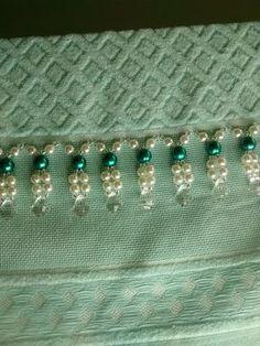 Toalha de mão (33 x 50 cm) em algodão, da marca In Casa,  Bordada com pérolas ABS, miçangas e acrílico.    Toalha na cor Verde Tiffany bordada com Perolás Verdes e creme.