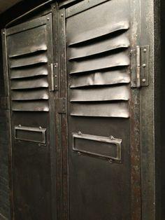 Très belle armoire ancienne industrielle de mineur datant de 1930 environ, avec son toit incliné, deux portes, porte-étiquettes, belles poignées en patine graphite. A l' intérieur plusieurs étagères . Style : Mobilier Industriel