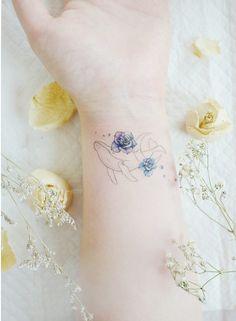 Increible Ballena navegando en flores Kpop Tattoos, Red Ink Tattoos, Mini Tattoos, Body Art Tattoos, Family Tattoo Designs, Lavender Tattoo, Whale Tattoos, Cute Tiny Tattoos, Intricate Tattoo