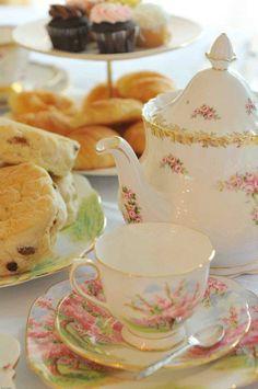 <p>En klassisk afternoon tea passar alla årstider och är en fröjd för ögat. Vad du vill bjuda på är lite upp till dig, men förutom olika sorters te så ingår sandwiches, scones och något sött bakverk. Extra lyxigt blir det om man serverar champagne. Varsågoda, vackraste afternoon-tea-inspirationen!</p>