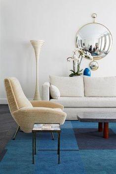 I colori in casa. Le tonalità chiare degli arredi e delle pareti sono ravvivate dal colore blu del tappeto. Lo specchio è di Jacques Hervouet.