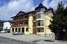 Willa Magnat to obiekt noclegowy usytuowany w Szklarskiej Porębie Obiekt oferuje m.in. kącik zabaw dla dzieci, saunę fińską i grotę solną  Szczegóły oferty: http://www.nocowanie.pl/noclegi/szklarska_poreba/willa/85924/