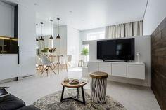 Egyszobás kis lakásban a legfontosabb feladat a területek mindennapi életvitelhez legjobban igazodó kialakítása, a privát és funkcionális zónák minél jobb elválasztása és elhelyezése, megfelelő mennyiségű tárolóhely kiépítése. Ebben a projektben a lakberendező egy új építésű betonházban kialakított 39 négyzetméteres, egyszobás ingatlannal dolgozott. Living Room Kitchen, Studio Apartment, Condo, Sweet Home, Dining Table, House Design, Interior Design, Bedroom, Modern