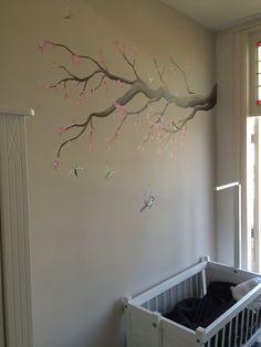 Rustige muurschildering van tak met roze bloesem, koolmeesjes en vlinders. Kunst voor Schatjes