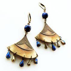 Boucles d'oreille chandeliers, Reine Égypte antique bleu nuit Lapis bronze patine, fleur Papyrus : Boucles d'oreille par coup-de-grace