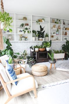 Nordic inspired living room with big indoor plant collection in open shelves, home decor with plants Interior Exterior, Interior Design, Jolie Photo, Indoor Plants, House Plants, Decorating Your Home, Beautiful Homes, Living Room Decor, Home Goods