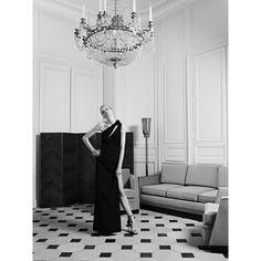 Die Stilistik der Couture-Linie von Saint Laurent ist deutlich eleganter als die meist verrucht-verführerische Prêt-à-Porter-Linie und zeigt sich gleichsam angereichert mit hohen Schlitzen sowie körpernahen, fließenden Silhouetten