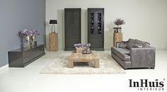 Een mooie landelijke chique woonkamer. Met paarse accenten. De bank en de meubels zijn verkrijgbaar in andere kleuren,materialen en afmetingen. Voor meer informatie over de meubels neem dan contact met ons op via info@inhuisinterieur.nl of neem een kijkje op onze website.    #paars #purple #woonkamer #living #room #kleed #interieur #interiors #kast #hout #wood #bank #lamp #rug #grey #interieur #flowers #inspiratie #interior