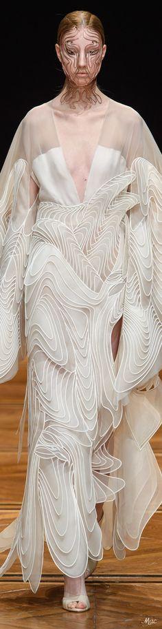 Iris van Herpen Spring 2019 Couture Fashion Show Baby Couture, Spring Couture, Fashion 2018, Fashion Show, Womens Fashion, Couture Collection, Designer Collection, Iris Van Herpen, Dress Suits