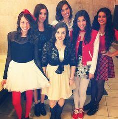 Ønsker mig kun rød sløjfe sort bluse langærmed hvid nederdel røde gamaser og sorte Hald højhelede sko