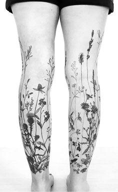 Madlyne Van Looy Blumentätowierung Tattoos And Body Art floral tattoo designs Floral Tattoo Design, Flower Tattoo Designs, Tattoo Floral, Pretty Tattoos, Beautiful Tattoos, Compass Tattoo, Tatoo Flowers, Flower Leg Tattoos, Floral Sleeve Tattoos