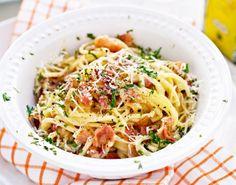 Her benytter vi carbonaras velsmagende pancetta eller bacon af god kvalitet, løg og æg. Bacon giver en mere dominerende smag, mens pancetta giver en mildere Carbonara.