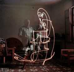 Em 1949, o célebre fotografo Gjon Mili , da Time Magazine, capturou uma série de emblemáticas pinturas de luz do não menos famoso Pablo Picasso.