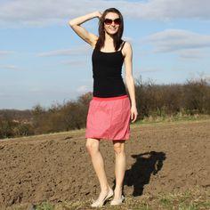 """Balonová sukně srdíčka, vel. S, M -sleva sukně zlevněná z 553 kč. Balonová letní sukně v pase do úpletu. Sukně je bavlněná, ušitá z červenébavlněné látky se vzorem srdíček. Sukně je dvouvrstvá, spodní materiál je béžová nepružná podšívka. V pase je červený úplet, kterým je protažená 3 cm široká guma, úplet si tak zachová tvar a """"nevytahá se"""". Úplet ..."""