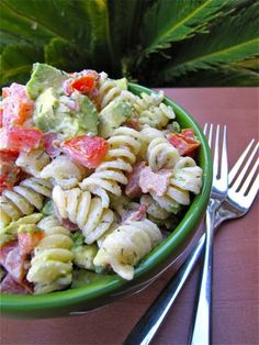 Creamy Bacon, Tomato & Avacado Pasta Salad. Ugh, Pinterest is killing me with all these yummy foods