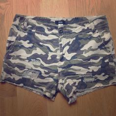 "BDG camo shorts Distressed twill shorts with allover camo print. Wore these a couple times but I don't think they're really my style.  Good news for you! 15.5"" across waist laid flat, 9.75"" rise. Front slash pockets, zipper fly. Runs tts, no stretch. Urban Outfitters Shorts"